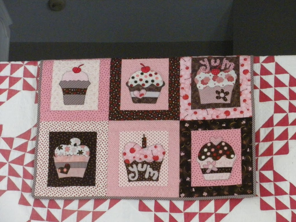 A history of my valentines day quilts this banner style wall hanging i also made in 2009 i used the applique patterns from the previous quilt but made the arrangement and letters myself spiritdancerdesigns Images